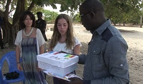 Emma Régis donne les lettres du partenariat scolaire avec le Collège Saint Joseph